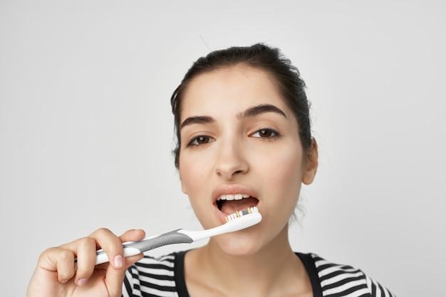 갈색 머리 위생 치아 청소 관리 건강 고립 된 배경