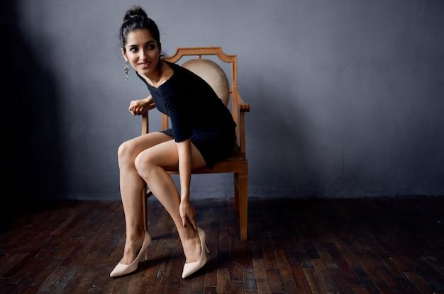 의자 럭셔리 패션 라이프 스타일 스튜디오 근처 검은 드레스에 갈색 머리