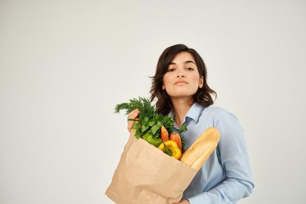 青いシャツのブルネットフードバッグ野菜健康食品