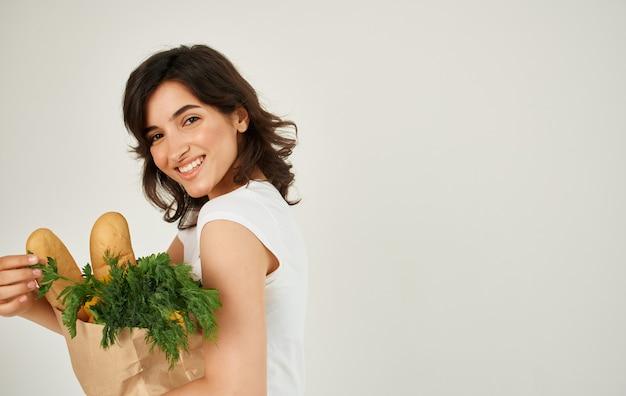 건강 한 음식을 먹고 흰색 티셔츠에 갈색 머리.