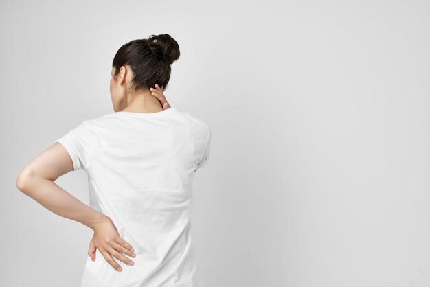 목 건강 문제에 흰색 tshirt 통증에 갈색 머리