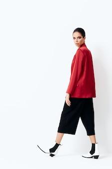 세련 된 옷 매력적인 모습 화장품 빨간 재킷에 갈색 머리.