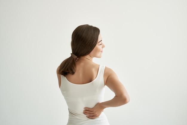 흰색 tshirt 관절 통증 건강 문제 불만에 갈색 머리