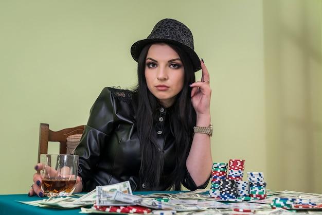 카지노에서 음료와 함께 갈색 머리 아가씨, 도박