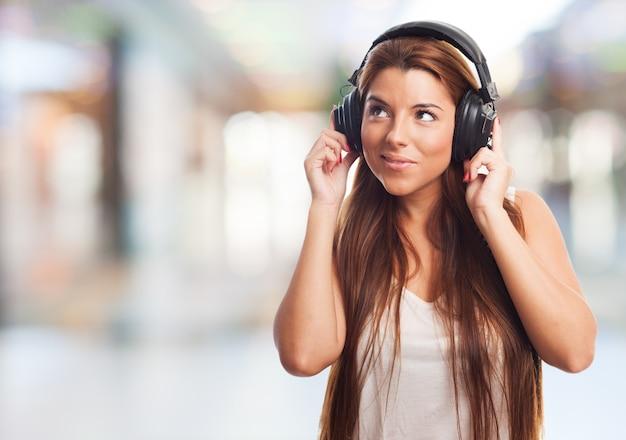 Brunette ascoltando musica in cuffia