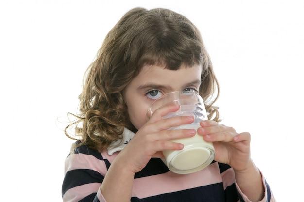 ミルクのガラスを飲むブルネットの少女