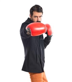 ブルネット男ボクシンググローブ