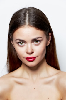 Брюнетка обнаженные плечи привлекательный взгляд красные губы очаровывают прозрачную кожу