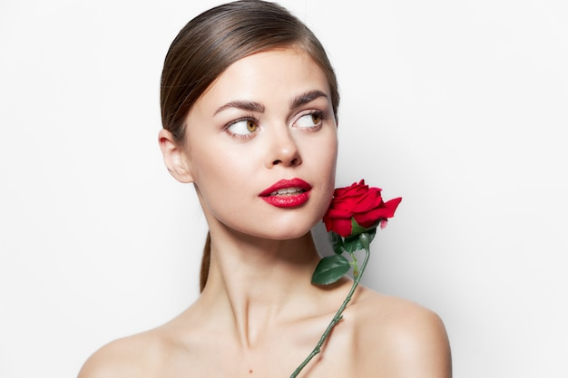 ブルネットは顔の近くで上昇しました裸の肩は横に見えます赤い唇明るい化粧のトリミングされたビュー