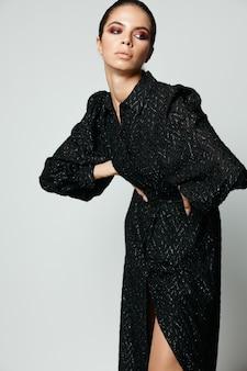 Брюнетка взгляд сбоку черное платье гламур мода