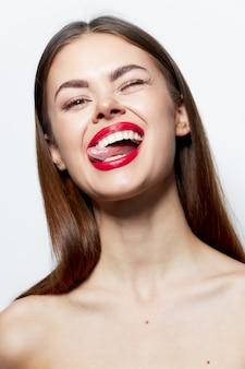 Брюнетка спа-процедуры красные губы эмоции чистая кожа улыбка