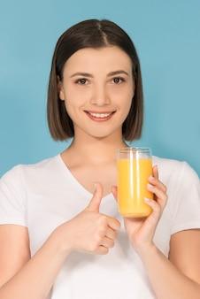 Брюнетка девушка со свежим апельсиновым соком
