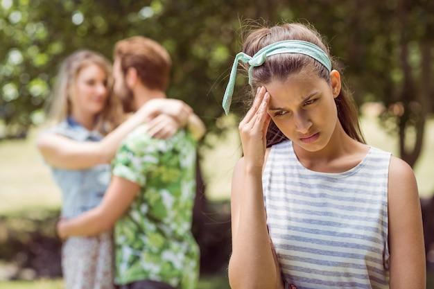 Брюнетка расстроилась, увидев парня с другой девушкой