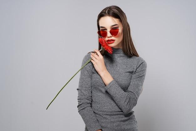 선글라스를 쓴 갈색 머리 붉은 꽃 열정 로맨스 스튜디오