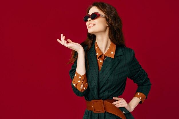 サングラススーツファッション孤立した背景を身に着けているブルネット