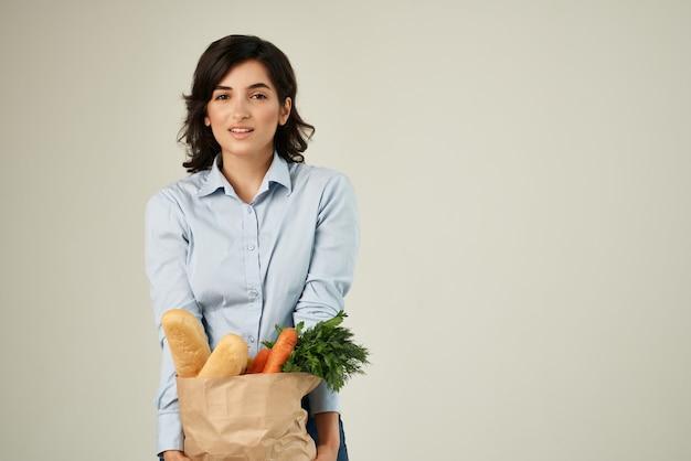 슈퍼마켓 건강 식품 야채 라이프 스타일에서 식료품 패키지와 갈색 머리