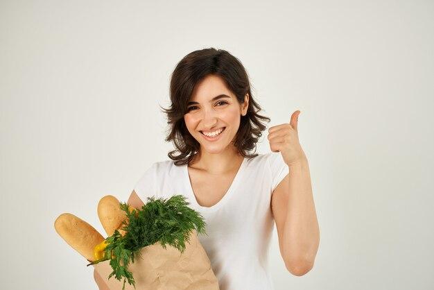 식료품 슈퍼마켓 배달 패키지와 함께 갈색 머리