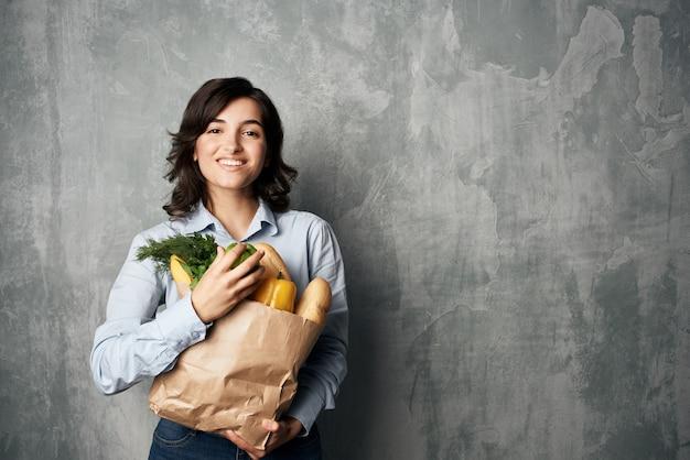 식료품 슈퍼마켓 야채 건강 식품 다이어트 어두운 배경 패키지와 갈색