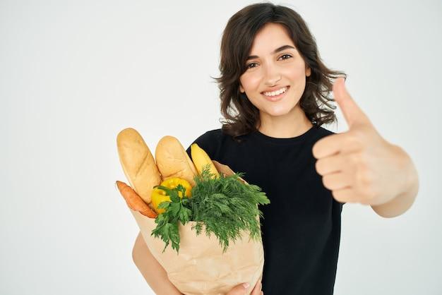 슈퍼마켓에서 식료품 야채 건강 식품 배달 패키지와 함께 갈색 머리. 고품질 사진