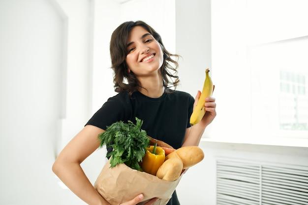 식료품 야채 건강 식품 패키지와 함께 갈색 머리. 고품질 사진