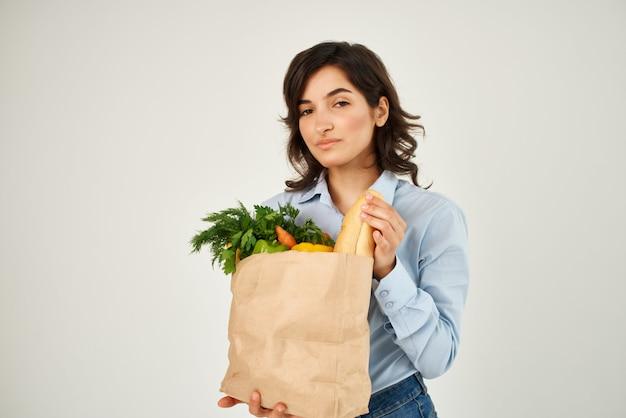 スーパーマーケットで買い物をする健康製品のパッケージを持つブルネット