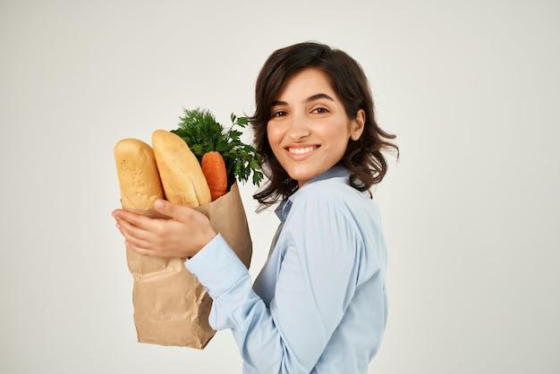 슈퍼마켓에서 쇼핑하는 건강 제품 패키지와 함께 갈색 머리