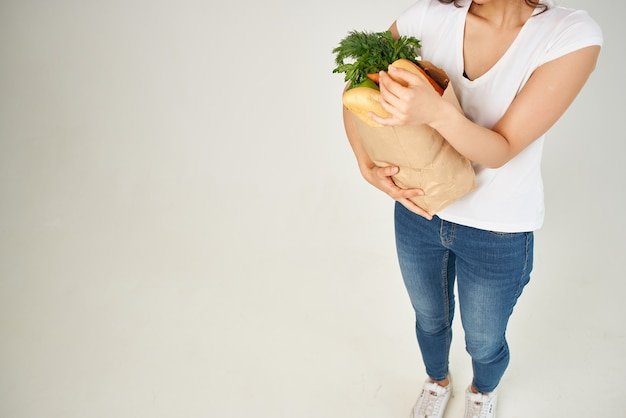 음식 패키지가 포함된 갈색 머리 완전히 건강한 음식 서비스