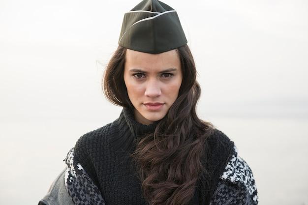 兵士の帽子とブルネット
