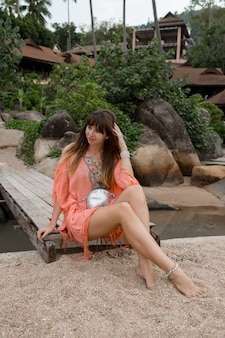 Donna bruna godendo le vacanze sulla spiaggia tropicale.