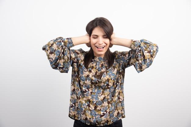 Donna bruna sentirsi felice su uno sfondo bianco.