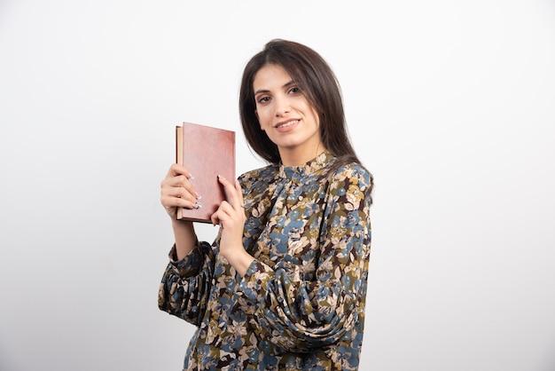 本を持っているブルネットの女性。