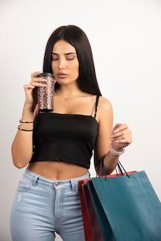 검은 최고 냄새가 커피의 향기에 갈색 머리 여자. 고품질 사진