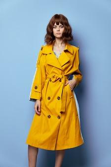 ブルネット、女性短い髪の黄色いコートのクローズアップで先を見据えたライフスタイル