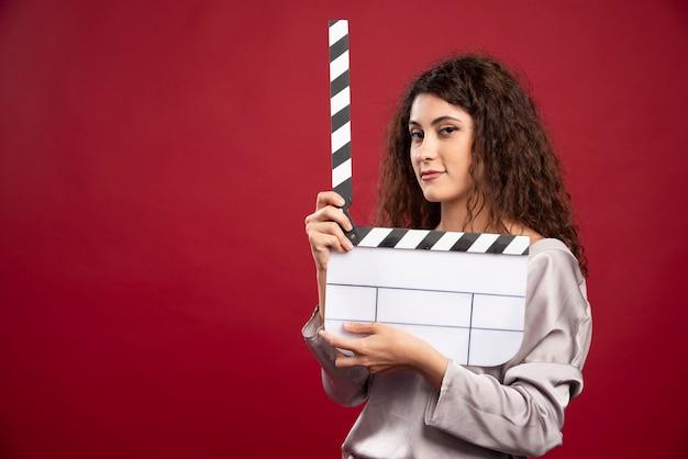 영화 컷을 만드는 갈색 머리 여자.