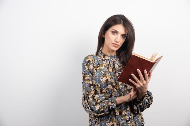 本を読もうとしているブルネットの女性。