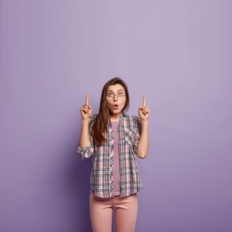 Donna castana che indossa camicia colorata