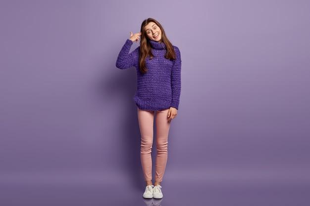 ニットのセーターを着ているブルネットの女性