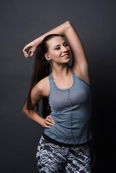 Donna castana che indossa abiti sportivi