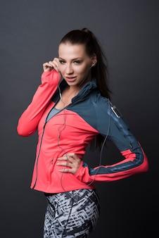 スポーツ服を着ているブルネットの女性