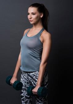 스포츠 옷을 입고 갈색 머리 여자 무료 사진