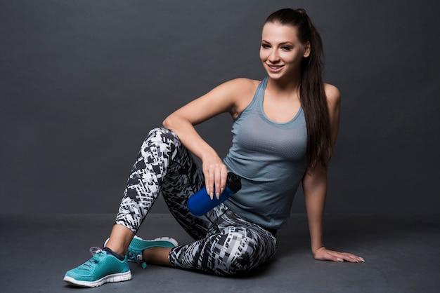 Брюнетка женщина в спортивной одежде