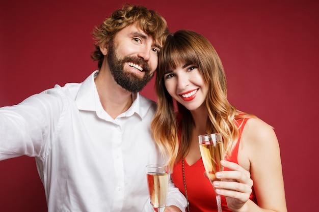 シャンパングラスを保持している彼女の夫とブルネットの女性