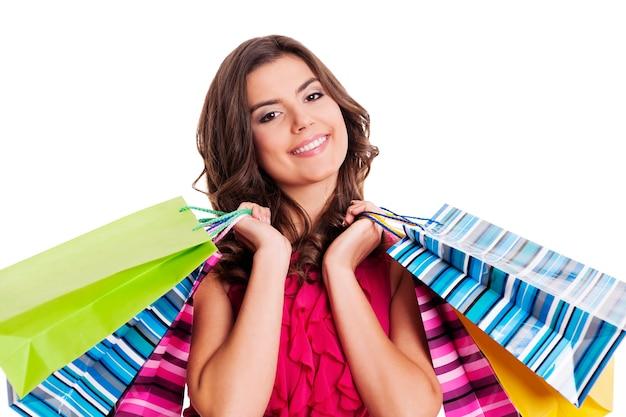マルチカラーの買い物袋を持つブルネットの女性