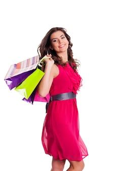 Donna castana con multi sacchetti della spesa colorati