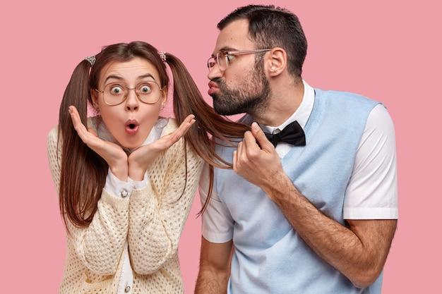 Брюнетка женщина с косичками и мужчина в галстуке-бабочке и жилете