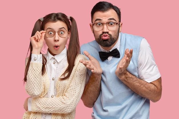 おさげ髪のブルネットの女性と蝶ネクタイとベストを着た男