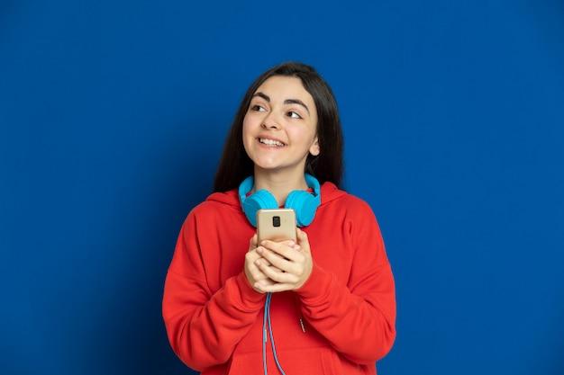 Брюнетка молодая девушка в красной кофте