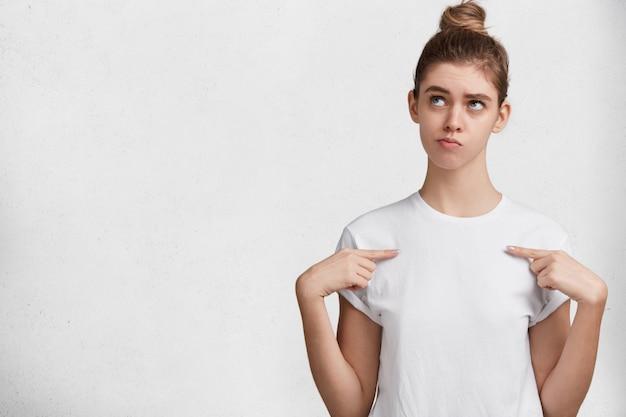 白いtシャツのブルネットの若い女性