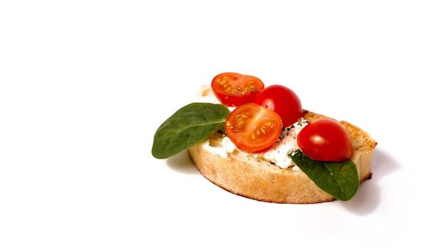 Брускетта на чиабатте на белом фоне. итальянская закуска на изолированном фоне