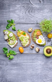 Брускетта с микрогрином авокадо, перепелиными яйцами и адыгским сыром и моцареллой